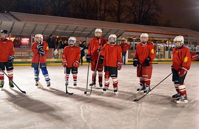 В Парке Горького ребят бесплатно обучат игре в хоккей