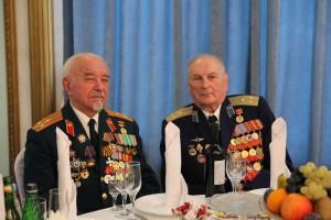 Гости внимательно выслушали поздравления Челышева