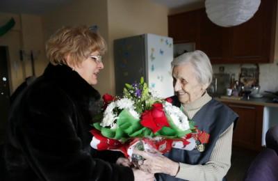 Флора Тюрина (слева) лично поздравила ветерана