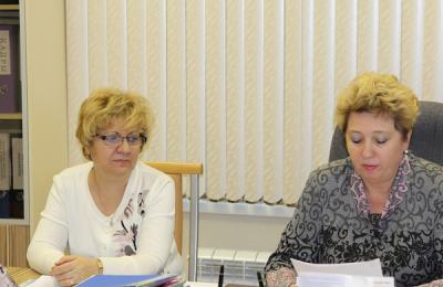 Глава управы Флора Тюрина (слева) обсудит с депутатами итоги 2015 года