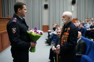 Личный состав УВД по ЮАО поздравил ветерана Великой Отечественной с 91-летием