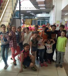 Дети Донского района во время посещения батутного парка