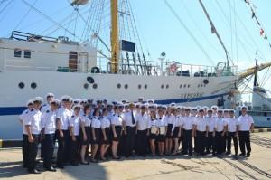 Студенты на церемонии запуска фрегата