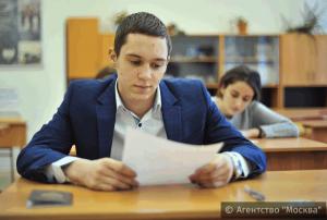 Ученик старших классов на тестировании