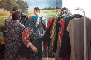 Сотрудницы Донского монастыря выбирают себе одежду