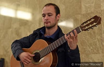 Выступление музыкантов в вестибюле станции «Деловой центр» в рамках проекта «Музыка в метро»