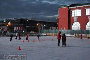 Жители ЮАО катаются на коньках