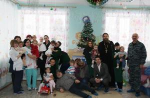 Сотрудники социального центра святителя Тихона с детьми
