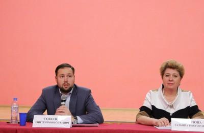 Татьяна Кабанова (справа) на встрече с жителями