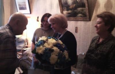 Татьяна Кабанова (крайняя справа) приняла участие в поздравлении ветерана