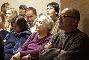 Поэт Тимур Кибиров вместе со зрителями слушает классическую музыку