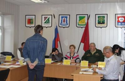 Татьяна Кабанова (в центре) на заседании призывной комиссии