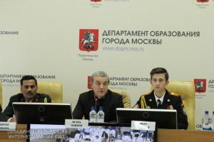 Замруководителя Департамента образования Игорь Павлов (в центре)
