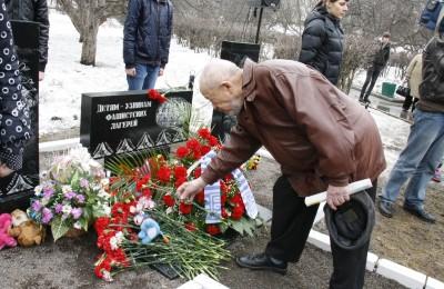 Возложение цветов к памятнику детям-узникам фашистских лагерей