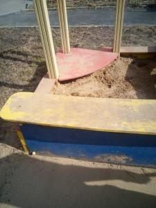 Песочницу на детской площадке починили в срок
