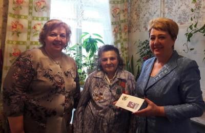 Глава муниципального округа Татьяна Кабанова (справа) поздравила ветеранов