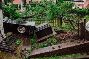 Поврежденные надгробия в Донском монастыре