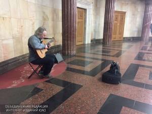 Музыкант в столичном метро
