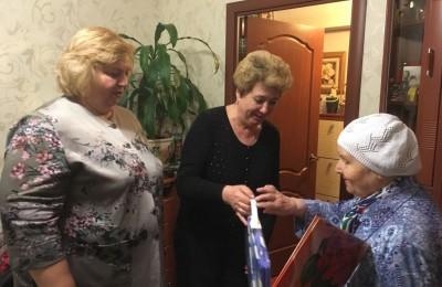 Галина Зайковская и Татьяна Кабанова поздравляют жительницу района