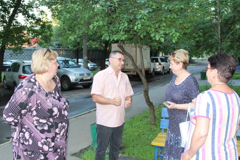 Депутаты обсудили ремонт подъезда с жителями