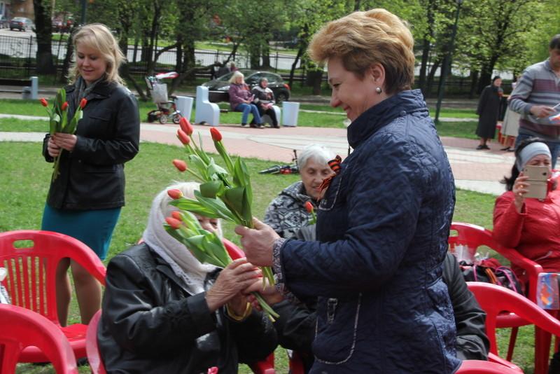 Депутаты поздравили жителей Донского района с Днем Победы