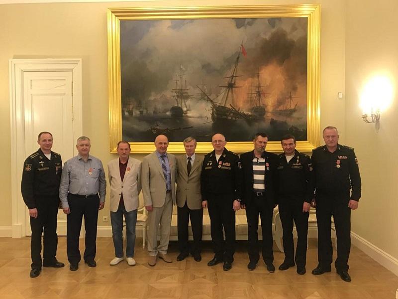 Депутат Владимир Буянов вручил награды военным морякам