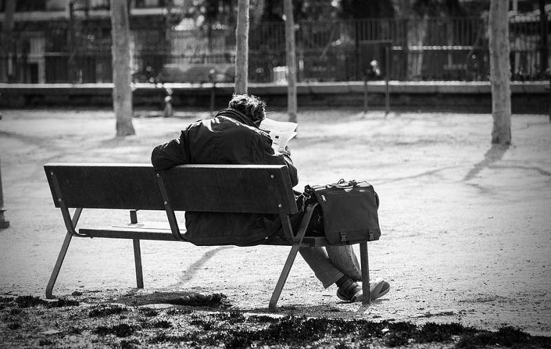 бездомые помощи мужчина на скамейке