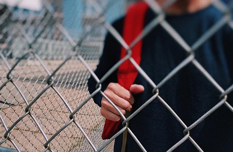 подросток школьный двор решетка пикс