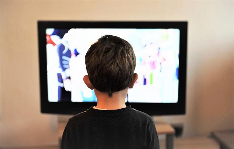 ребенок-телевизор-мультики-пикс